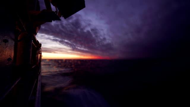 vidéos et rushes de time-lapse: paysage d'eau magnifique sur le coucher du soleil. la partie du nez du navire, bateau, éclaboussant les vagues - marin