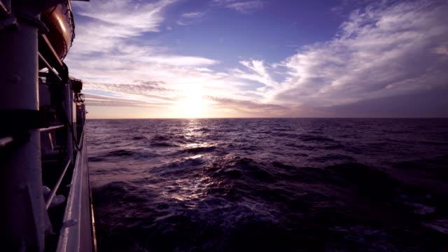 time-lapse: vackra vatten landskap på solnedgången. den näsa delen av fartyget, båt stänkande vågor - matros bildbanksvideor och videomaterial från bakom kulisserna