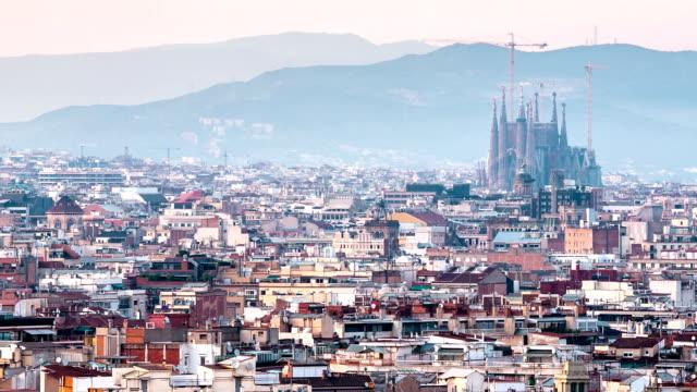 vidéos et rushes de hd timelapse: becelona espana avec la sagrada familia de la ville au coucher du soleil en espagne - barcelone