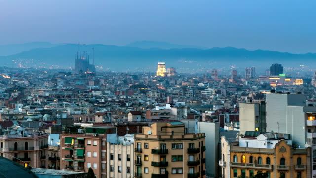 HD timelapse: Becelona España cityscape con la sagrada familia al atardecer España