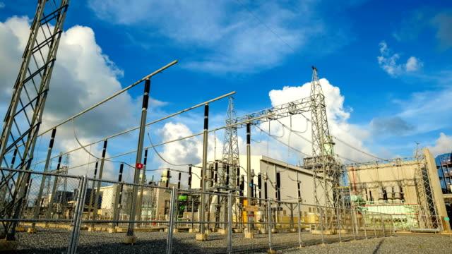 4K Zeitraffer großen elektrischen Transformator Station Pflanze vor Industriestadt und Kraftwerk