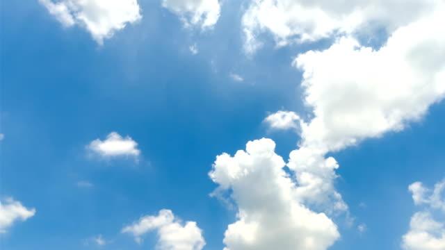 vídeos de stock e filmes b-roll de timelapse blue sky - claraboia
