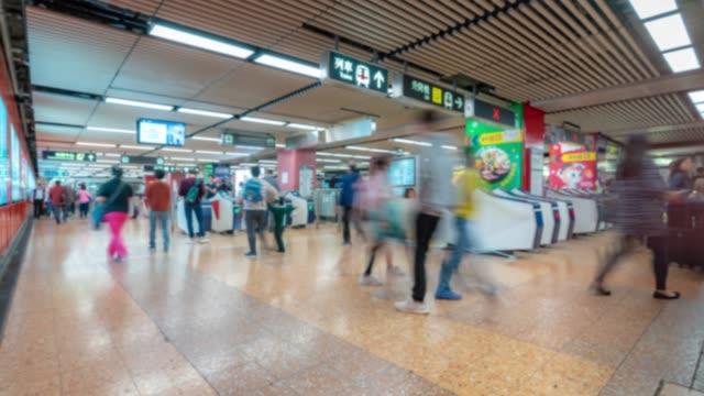 zeitraffer: verwischter hintergrund fußgänger reisende und tourist crowd in u-bahn-bahnhof u-bahn in hongkong - insel hong kong island stock-videos und b-roll-filmmaterial