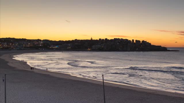 vídeos de stock, filmes e b-roll de time-lapse, bondi beach, sydney, austrália - praia de bondi