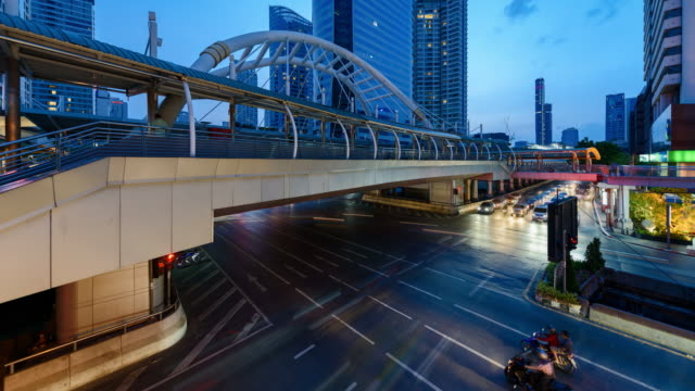 4 K Time-lapse: Bridge koppeling tussen downtown district en BTS vervoer bij Chong Nonsi Station, Bangkok. Kantelen omhoog schot