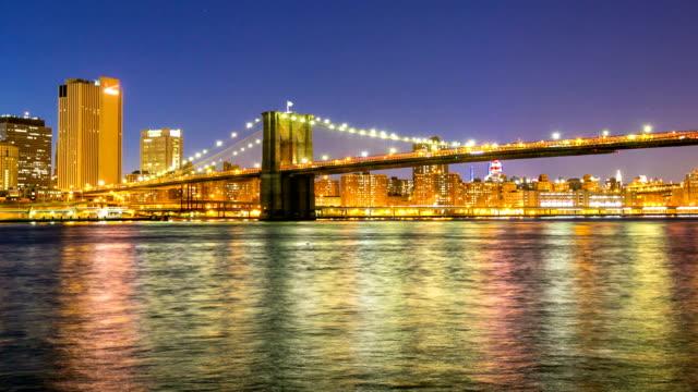 hd タイムラプス: ブルックリン橋夕暮れ時には、ニューヨークシティの - ブルックリン橋点の映像素材/bロール