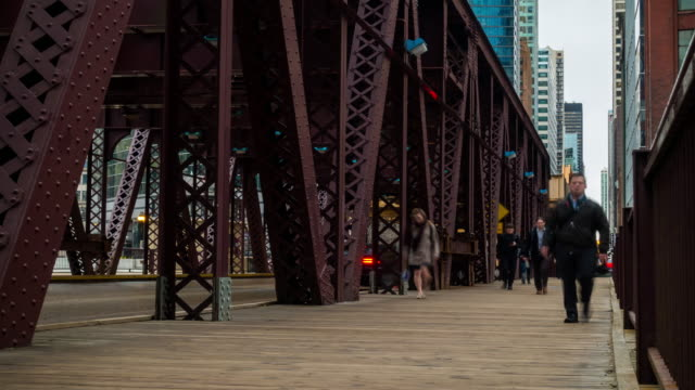 stockvideo's en b-roll-footage met time-lapse: zakenman en arbeider in chicago downtown, il verenigde staten - chicago illinois