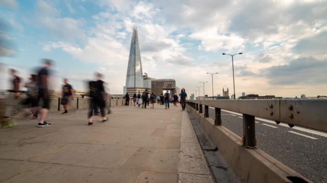 vidéos et rushes de time-lapse: foule, homme d'affaires à horizons pont et du centre de londres à londres en angleterre - double decker bus