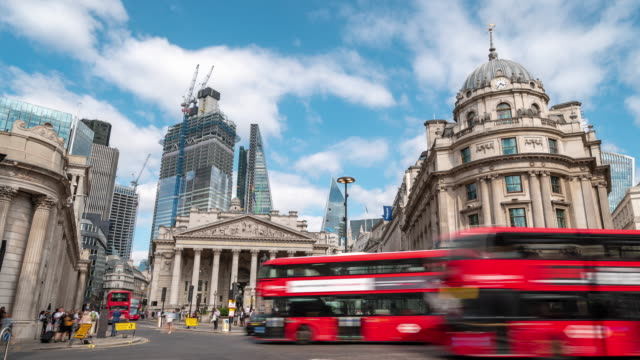 stockvideo's en b-roll-footage met time-lapse: zakenman menigte op social stock exchange bank station downtown in londen engeland uk - bus