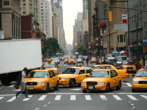 time-lapse busy new york city streettime-lapse of busy new york city street on clear day - yellow taxi video stock e b–roll
