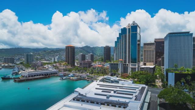 vídeos de stock e filmes b-roll de timelapse capturing the financial district of honolulu, oahu, hawaii - panning motion - aloha