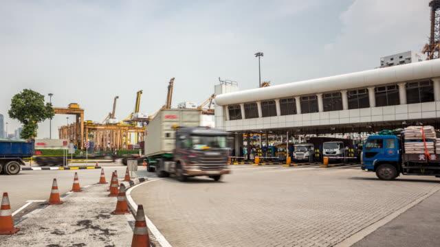 vídeos y material grabado en eventos de stock de 4 k time-lapse: vehículo de transporte de carga salen del terminal del puerto - puerto