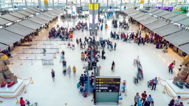 4k timelapse - check in area in the airport - stazione video stock e b–roll