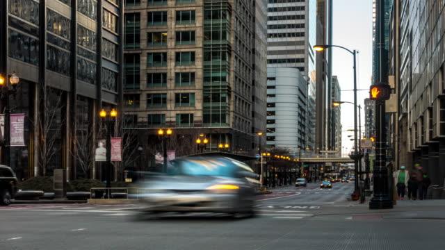 vídeos de stock, filmes e b-roll de time-lapse: chicago downtown clock out sunset, il e.u.a. - tourism