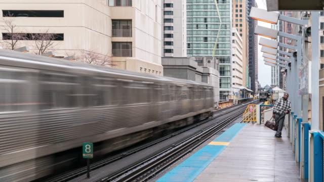 vidéos et rushes de time-lapse: chicago boucle station de métro avec des lignes d'horizon bâtiment centre-ville de chicago il usa - métro de chicago