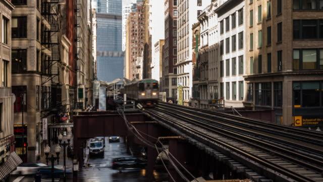 vídeos de stock, filmes e b-roll de time-lapse: estação de trem do metro do laço de chicago com skylines que constroem chicago il eua da baixa - metrô de chicago