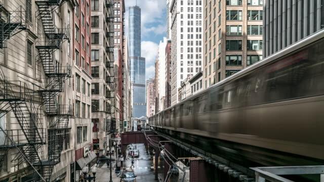 vidéos et rushes de time-lapse: chicago boucle station de métro avec des horizons de construction du centre-ville de chicago il usa - quai de gare