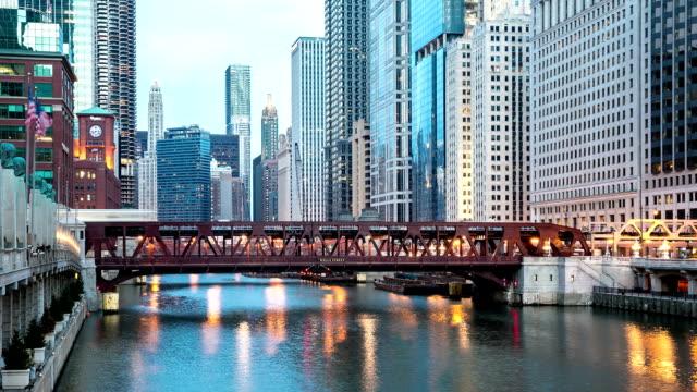 HD-Zeitraffer: Chicago River und die Skyline der Stadt USA in der Dämmerung