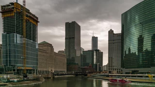 vidéos et rushes de time-lapse: chicago skyline buildings at downtown with chicago river near wolf point, il usa - métro de chicago