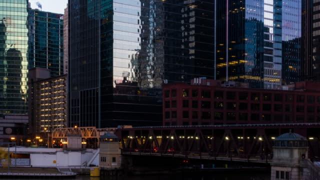 vidéos et rushes de time-lapse: chicago skyline buildings au centre-ville avec chicago river près de wolf point, il usa au coucher du soleil crépuscule - métro de chicago