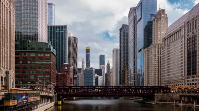 vídeos de stock, filmes e b-roll de time-lapse: edifícios da skyline de chicago no centro com rio de chicago perto do ponto do lobo, il eua - metrô de chicago