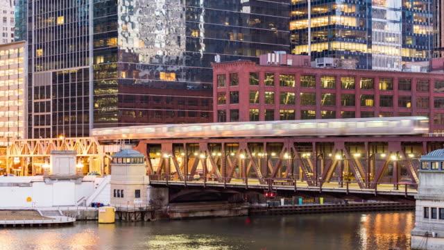 vídeos de stock, filmes e b-roll de time-lapse: edifícios da skyline de chicago no centro com rio de chicago perto do ponto do lobo, il eua no crepúsculo do por do sol - metrô de chicago