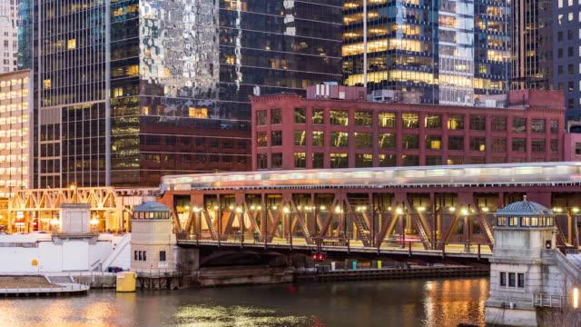 vídeos de stock, filmes e b-roll de time-lapse: chicago skyline buildings no centro da cidade com o rio chicago perto de wolf point, il eua no crepúsculo do pôr do sol - metrô de chicago