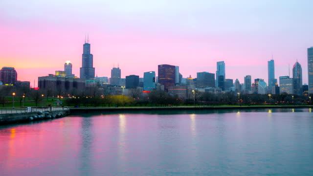 vidéos et rushes de hd time-lapse: l'hôtel chicago skyline de la ville au coucher du soleil, états-unis - hd format