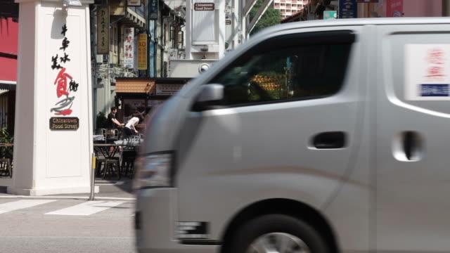 hd :time -lapse (低速度撮影)  チャイナタウンとなっているシンガポールでは、ご旅行のお客様者出力 - moving past点の映像素材/bロール