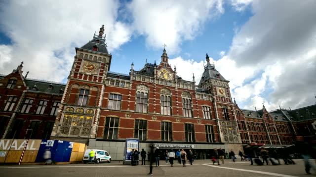 vidéos et rushes de time-lapse hd : la circulation piétonne de la ville et de la gare d'amsterdam - hd format