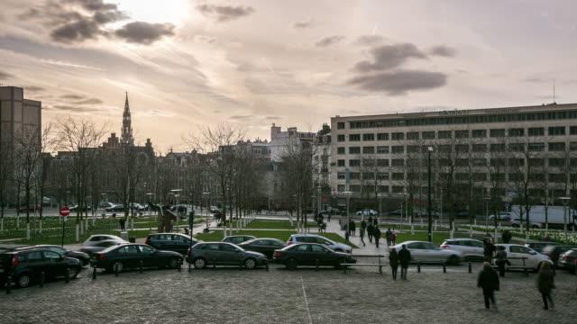 時間経過は: 市歩行者ブリュッセル ベルギー - 天使ミカエル点の映像素材/bロール