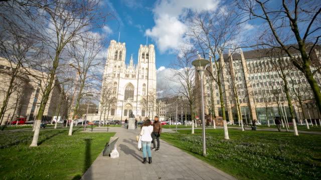 時間経過は: 市歩行者大聖堂聖ミカエル聖デュル ブリュッセル ベルギー - 天使ミカエル点の映像素材/bロール