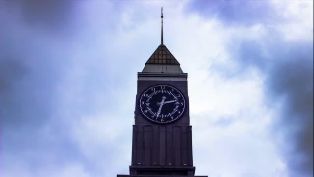vidéos et rushes de timelapse de la tour de l'horloge avec nuages - télévision haute définition