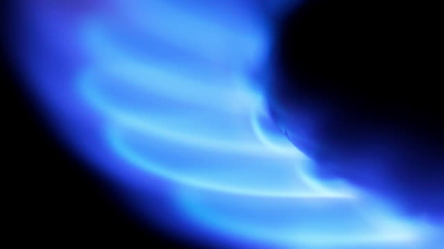 timelapse close up tilt and zoom out of flames on a gas ring on a natural gas cooker - flamme stock-videos und b-roll-filmmaterial