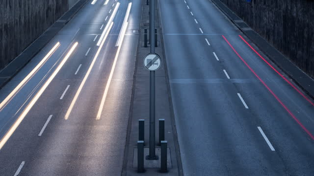 vídeos de stock e filmes b-roll de timelapse close up view of cars entering and exiting berlin highway tunnel - long exposure