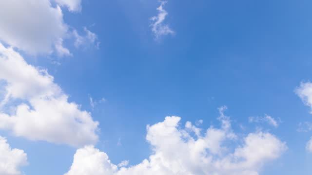 vidéos et rushes de 4k timelapse: nuage de mouvement avec un ciel bleu sur la journée ensoleillée - ciel seulement