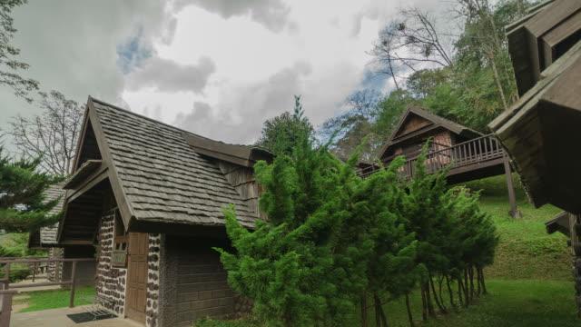 vídeos y material grabado en eventos de stock de hd time-lapse: cloud pasar por encima de la casa, doi angkhang, chiang mai, thailand - árbol tropical
