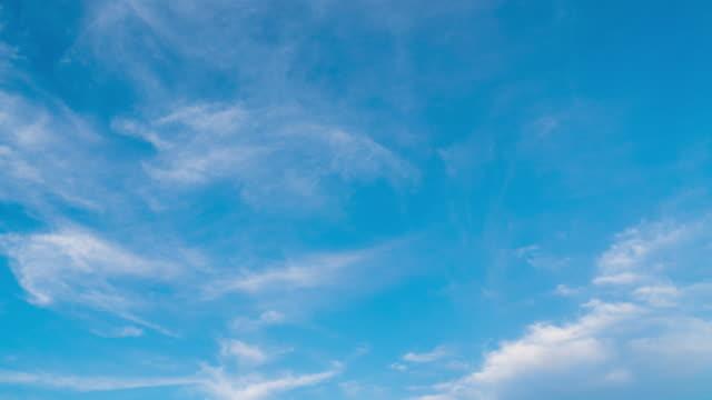 vídeos de stock e filmes b-roll de 4k timelapse: cloud moving sky in daytime. - claraboia