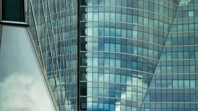 timelapse cloud reflections in modern glass building. - schwenk nach unten stock-videos und b-roll-filmmaterial