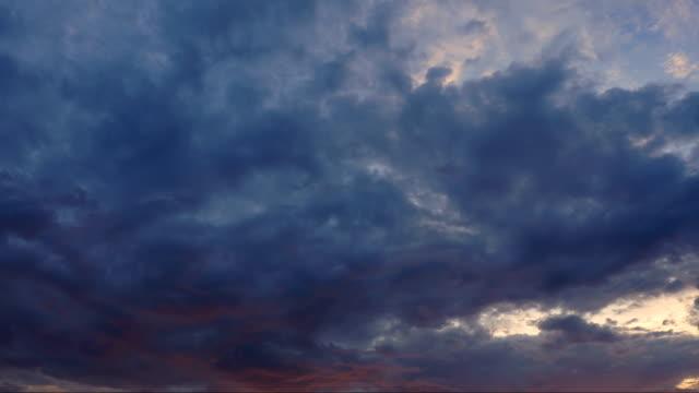 Timelapse Wolken Cumulonimbus vor der Dämmerung