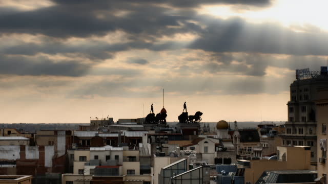 vídeos y material grabado en eventos de stock de timelapse clouds moving over madrid rooftops - sin personas