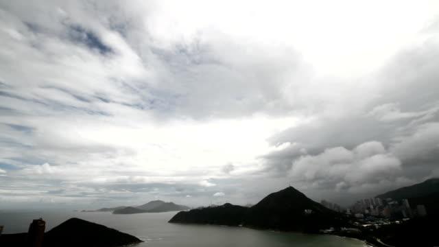 stockvideo's en b-roll-footage met timelapse clouds over bay - hongkong eiland