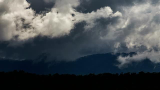 4 K Zeitraffer, Wolkengebilde und Berg.
