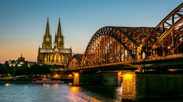 4 K Zeitraffer: Kölner Dom und Hohenzollernbrücke in der Dämmerung, Deutschland