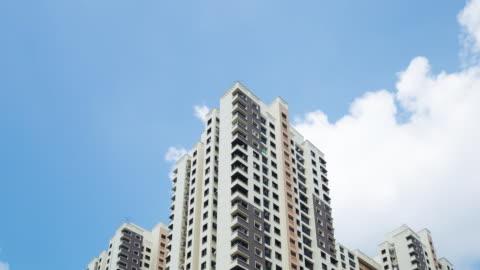 vidéos et rushes de 4 k, le temps qui passe : appartement bâtiment de nuages en mouvement - miami