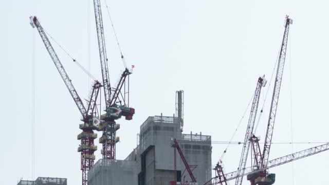 vídeos y material grabado en eventos de stock de 4 k timelapse: grúas de la construcción de rascacielos superior. - grúa