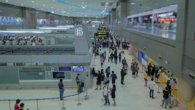vídeos y material grabado en eventos de stock de 4k de time-lapse de la muchedumbre en la puerta de llegadas, terminal - señal de información