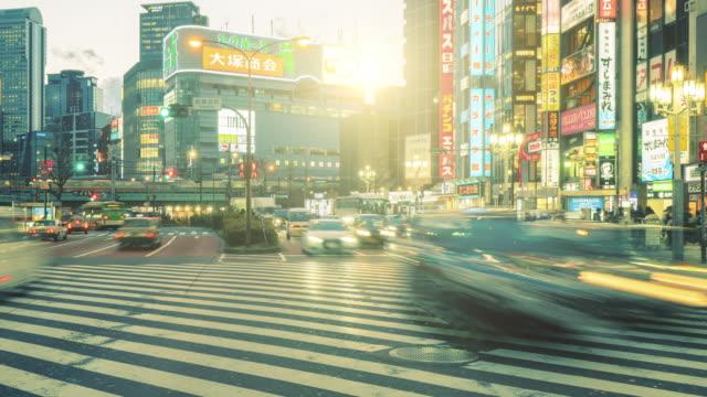 vídeos y material grabado en eventos de stock de 4k time-lapse : multitud en shinjuku por la noche, tokio, japón, panning a la izquierda - señal de nombre de calle