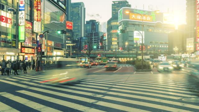 vídeos y material grabado en eventos de stock de 4k time-lapse : multitud en shinjuku por la noche, tokio, japón, panning a la derecha - señal de nombre de calle