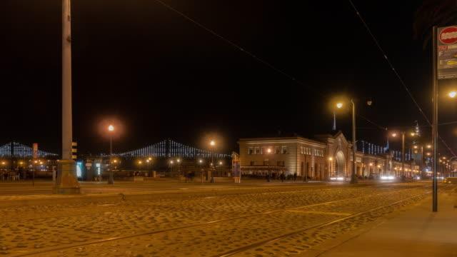 コマ撮りの群集歩行者観光とサンフランシスコ カリフォルニア アメリカ夜の波止場ダウンタウンのケーブルカー - フェリーターミナル点の映像素材/bロール